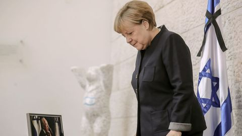 Angela Merkel firma el libro de condolencias