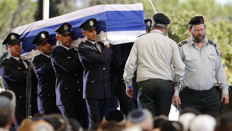 La guardia de honor israelí transporta el féretro de Simon Peres