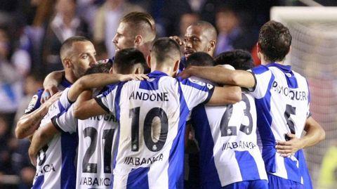 La plantilla celebra la victoria al final del partido