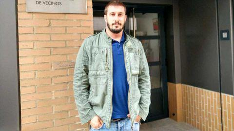 Adrián Arias, a las puertas de la sede de la Federación de Asociaciones de Vecinos de Gijón