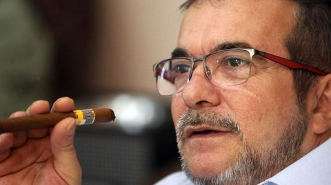 El máximo líder de las FARC, Timoleón Jiménez, «Timochenko», fuma un tabaco cubano mientras está pendiente de los resultados