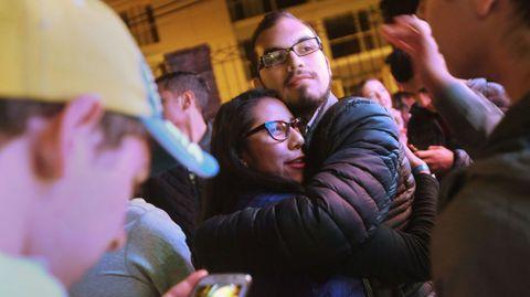 Dos partidarios del «no» se abrazan tras conocer los resultados