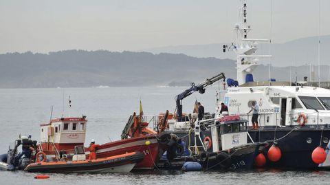 El «Obelix MF» (azul), entre un pesquero y la embarcación de seguridad del Servicio de Guardacostas