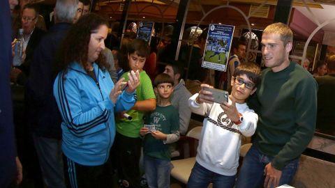 La peña deportivista Berberecho de Noia entrega el berberecho de plata al jugador del deportivo Alex Bergantiños