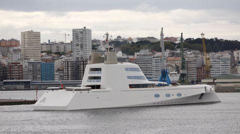 Megayate  A  entrando al puerto de A Coruña