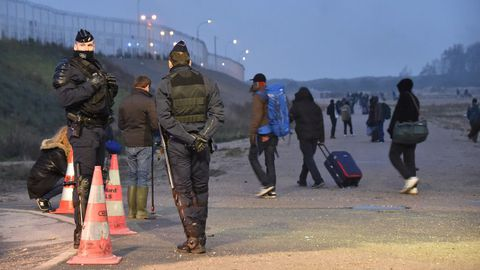 Evacuación organizada del campo de inmigrantes de Calais, el mayor de Francia