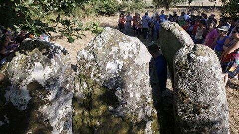 DOLME DE ABUÍME. Ao ser un dos elementos máis visibles e accesibles do patrimonio megalítico do sur lucense, este lugar recibe visitas con frecuencia desde hai xa moito tempo