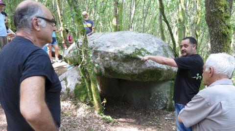 LEIRA RAPADA. O arqueólogo Ivan Álvarez Merayo (co brazo alzado na foto) descubriu a principios do 2014 este monumento megalítico que estaba sen catalogar no municipio do Saviñao