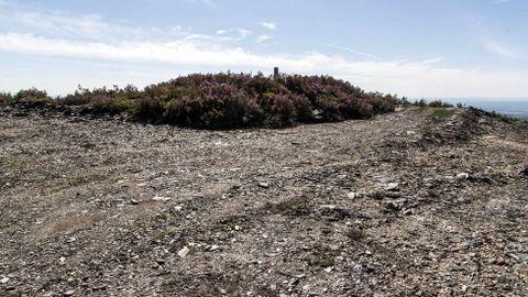 ALTO DA ESCRITA. No municipio do Courel, nas proximidades de Paderne, encóntrase unha mámoa situada nun singular paraxe montañoso a más de 1.400 metros de altura
