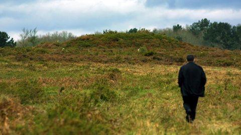 Unha das mámoas que se conservan no monte da Morá, no límite entre os concellos de Pantón e O Saviñao