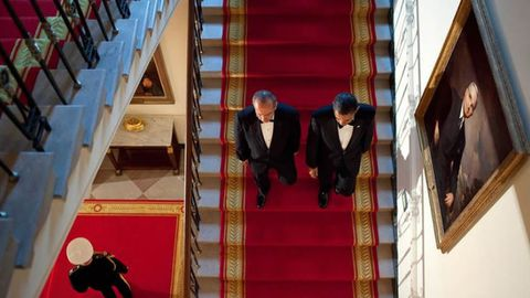 Descendiendo unas escaleras junto al presidente mexicano Calderón