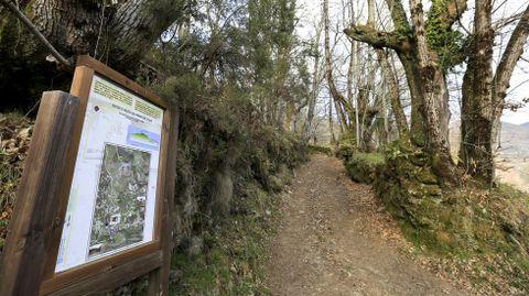Un panel explicativo señala en la aldea de Piñeira el inicio del camino que lleva a la mina romana de A Toca, en la sierra de O Courel