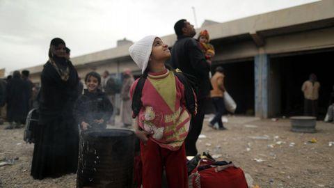 Familias iraquíes huyen de Mosul hacia los campos de refugiados debido a la lucha entre las fuerzas de Irak y Estado Islámico