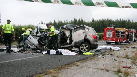 TRAGEDIAS IMPACTANTES Los accidentes provocados por vehículos en sentido contrario suelen tener consecuencias fatales, como el de la foto, ocurrido en la A-6 en el 2016, donde murieron dos personas