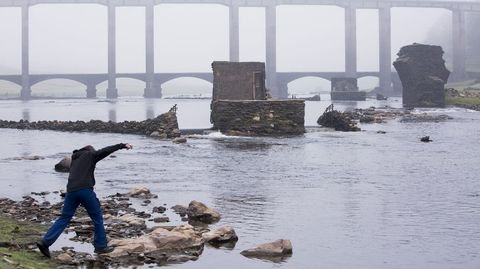 Bajo nivel del agua en el embalse de Belesar debido a la sequía.