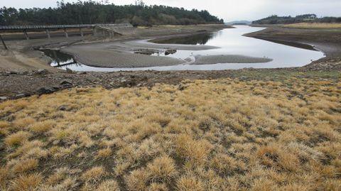 Embalse da Fervenza en Obellido, Vimianzo-Zas, con muy poca agua.