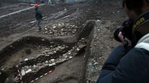 Restos de construcións descubertos nas catas arqueolóxicas realizadas no 2007, inmediatamente despois do achado do castro