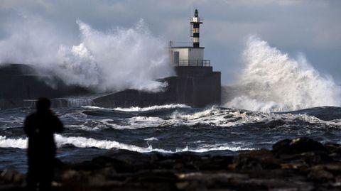 Enormes olas rompen en el paseo marítimo de San Esteban de Pravia, en Asturias. ARCHIVO