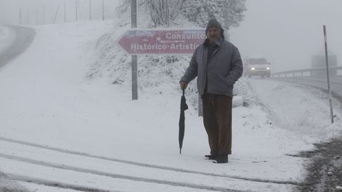 La llegada al poblado de O Cebreiro por la LU-633 se hace sin problemas, salvo el acceso que tiene placas de hielo