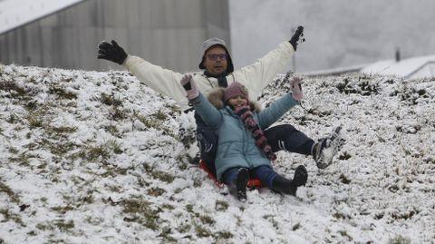 En Pedrafita ya hubo quien quiso disfrutar de la poca nieve que había