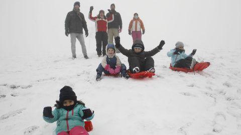 Las familias ya disfrutan desde este mediodía de la nieve, aunque no ha sido muy abundante