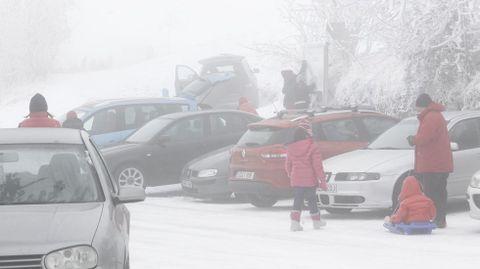 Numerosas familias se acercaron desde el mediodía a ver la nieve a O Cebreiro