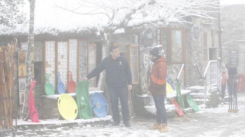 En las calles de O Cebreiro el peligro es el hielo, más que la nieve