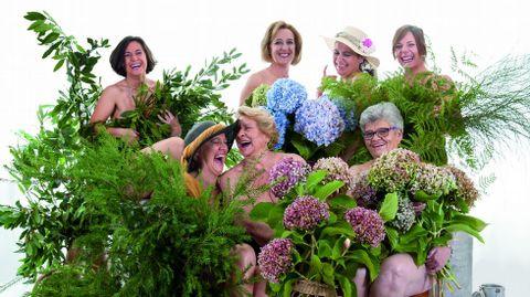 AGOSTO. Las «mulleres feiticeiras» recrean una escena de «Las chicas del calendario» el primer mes del año.