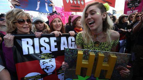 Miley Cirus y Jane Fonda, en una protesta en Los Ángeles