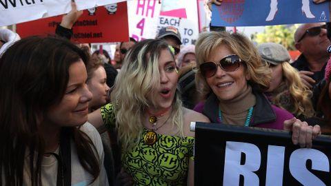Marcia Gay Harden, Miley Cyrus y Jane Fonda, en Los Ángeles