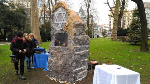 El monolito de homenaje a las víctimas del Holocausto en Oviedo