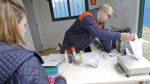 Oficina de registro. Miguel Pantín se encarga de identificar a los usuarios, la mayoría habituales, por lo que ya cuentan con su ficha. En la imagen, Eva, que llevó, entre otras cosas, aerosoles y pilas