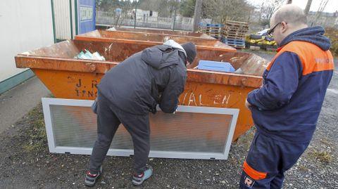 Depósito exterior e interior. Usuarios como José Ulloa acuden al Punto Limpio con escombros de obras particulares. Ellos mismos tienen que depositarlos en los contenedores, con la supervisión de Miguel