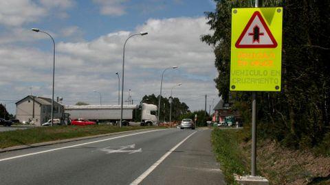 Cruces inteligentes: esta señal se activa cuando un vehículo entra en este cruce de la N-634, en Curtis