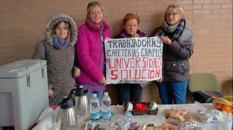 Trabajadoras de la cafetería de Marina Civil, en su mesa del café solidario.Trabajadoras de la cafetería de Marina Civil, en su mesa del café solidario