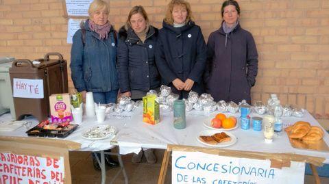 Trabajadoras de la cafetería del Aulario Sur, en su mesa del café solidario.Trabajadoras de la cafetería del Aulario Sur, en su mesa del café solidario