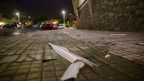 Uralitas caídas en la calles de las cubiertas del estadio de Riazor en A Coruña.