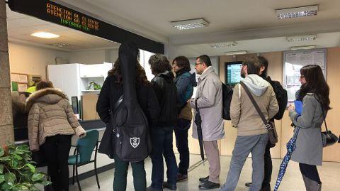 Retrasos en el tráfico ferroviario por el temporal. En la imagen, pasajeros esperando en la estación de A Coruña,