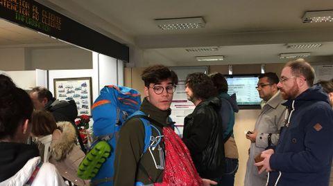 Retrasos en el tráfico ferroviario por el temporal. En la imagen, pasajeros esperando en la estación de A Coruña.