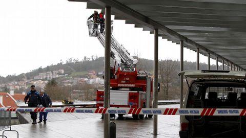 Los bomberos revisan los daños en el tejado de la marquesina de Xoán XXIII en Santiago.