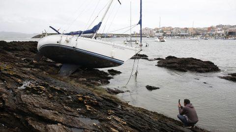 Barco variado en las rocas de la playa de Baltar en Portonovo.