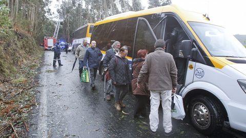 Transbordo de viajeros por el peligro de caída de un árbol por el temporal en la carretera de San Surxo en Doniños.