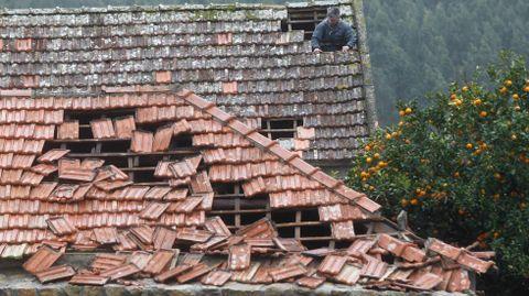 Los tejados de varias viviendas se resintieron en San Salvador de Meis.