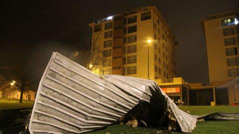 El viento arrancó la cubierta de un edificio en Lugo