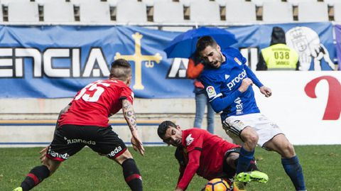 Diegui disputa un balón en el Oviedo-Mallorca de la 16/17