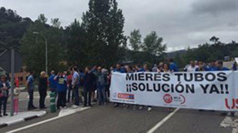 Los trabajadores de Mieres Tubos se concentran para reclamar los salarios que les deben