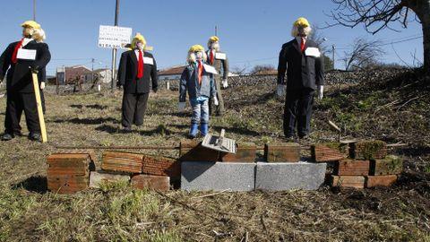Compadres disfrazados de Donald Trump levantaron un muro en Ribas Altas e anunciaron diversas obras extravagantes