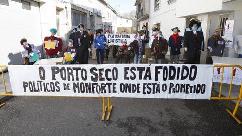 Os compadres do barrio monfortino de Rioseco representaron unha burlesca manifestación veciñal en protesta polos retrasos do proxecto do porto seco