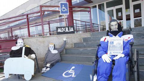 Un grupo de compadres instalado no edificio multiusos de Monforte reclamou máis respecto para as prazas de aparcamento reservadas aos discapacitados