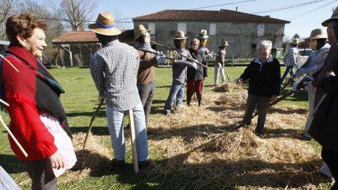 Os compadres regresaron este ano á parroquia monfortina de Distriz para representar unha malla ao estilo tradicional